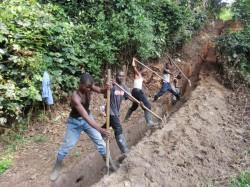 Der Graben für das Erdkabel wird in Eigenleistung ausgehoben.